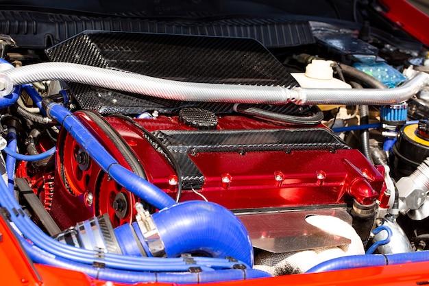 Turbomotor auf einem sportwagen, nahaufnahme unter der motorhaube