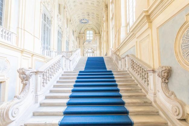 Turin, italien - circa juni 2021: die schönste barocktreppe europas befindet sich im madama palace (palazzo madama). interieur mit luxusmarmor, fenstern und korridoren.