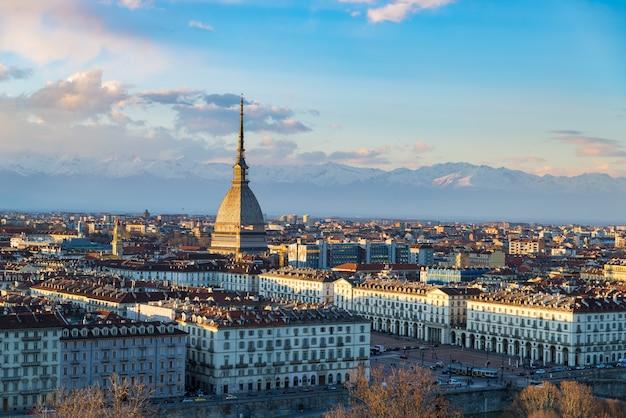 Turin skyline bei sonnenuntergang. turin, italien, panoramastadtbild mit der mole antonelliana