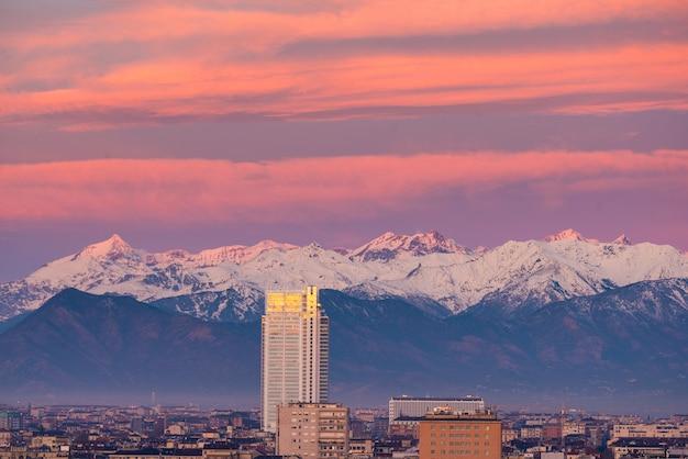 Turin (turin, italien): stadtbild am sonnenaufgang mit dem neuen wolkenkratzer, der über die stadt hochragt.