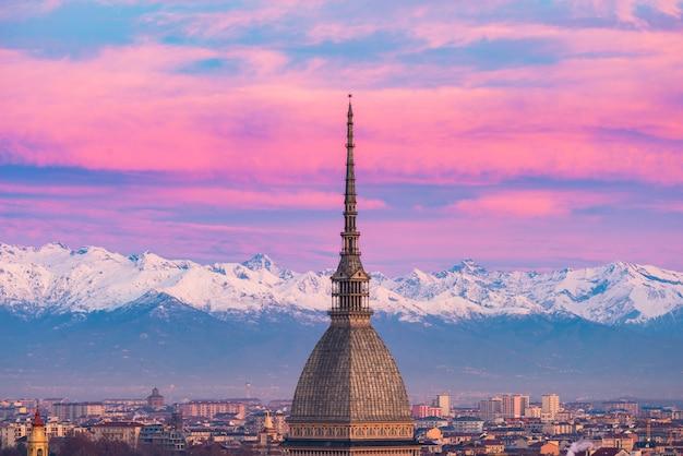 Turin (turin, italien): stadtbild bei sonnenaufgang mit details der mole antonelliana