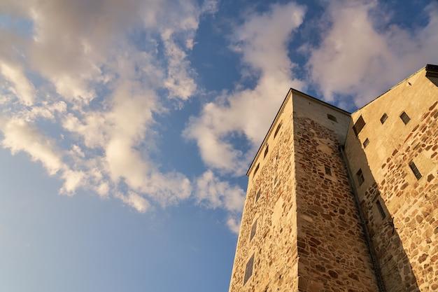 Turku-schloss gegen blauen himmel mit weißen wolken.