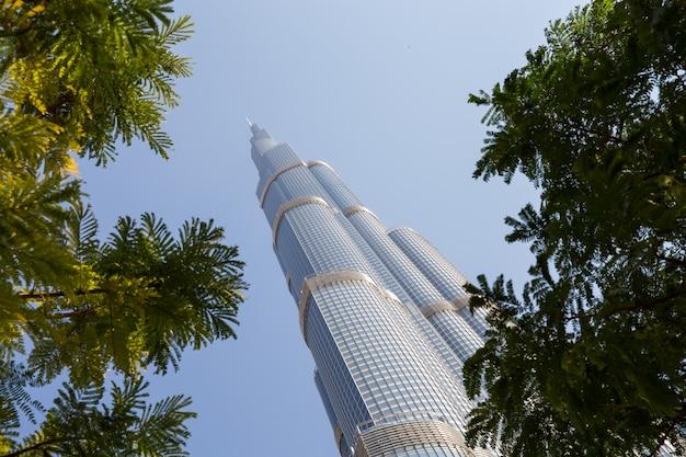 Turm burj khalifa, der im blauen himmel verschwindet