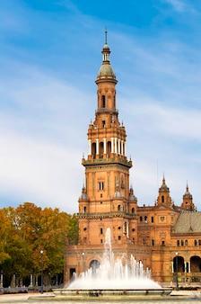 Turm der plaza von spanien in sevilla
