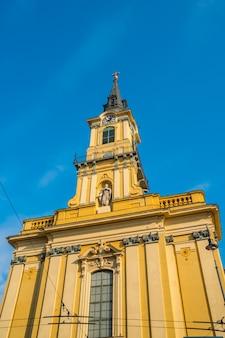 Turm der römisch-katholischen pfarrkirche teresa von avila in der altstadt von budapest, ungarn