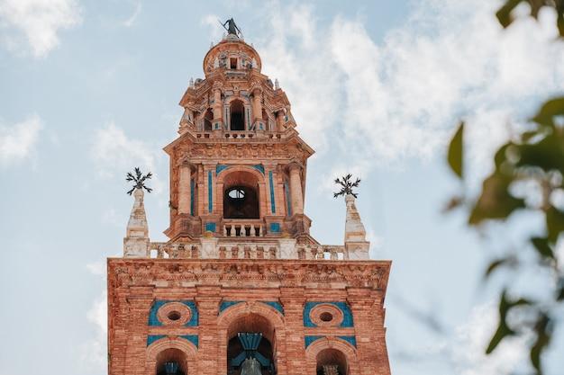 Turm einer kirche in einer stadt in sevilla namens carmona