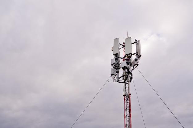 Turm mit 5g- und 4g-mobilfunknetzantenne