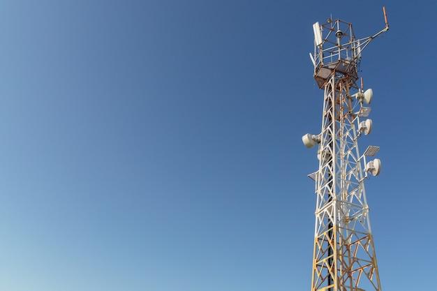 Turm mit mobilfunkantennen am hintergrundhimmel, 5g, 4g, mobiltechnologien, kommunikation der neuen generation