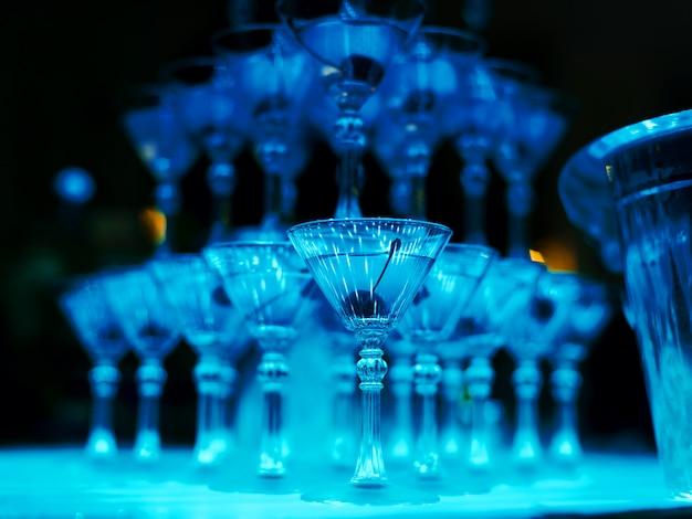 Turm von cocktailgläsern für die barmixershownahaufnahme