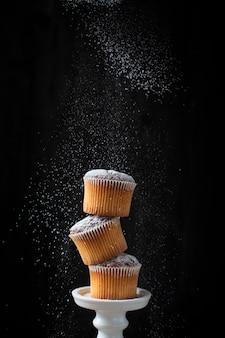 Turm von muffins mit puderzucker