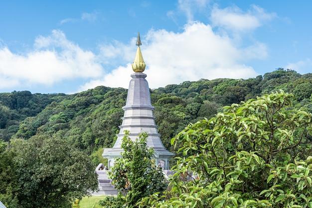 Turmspitze der weißen pagode in nordthailand