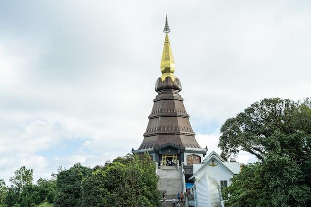 Turmspitze einer pagode mit der treppe, die sie in nordthailand erreicht