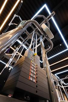 Turnhalleninnenraum mit multistation maschine