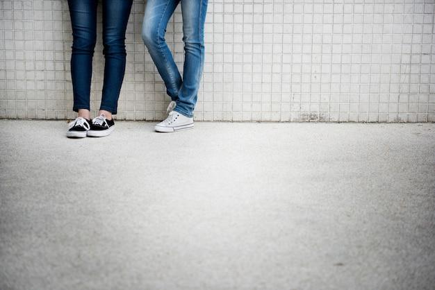 Turnschuh-segeltuch-schuh-menschliche füße die beine, die konzept stehen