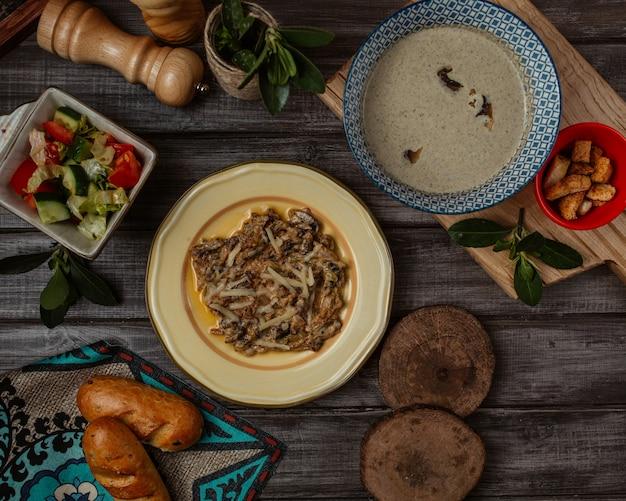 Turshu govurma, kaukasische mahlzeit mit sahniger pilzsuppe
