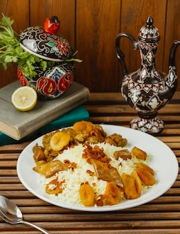 Turshu-govurma plov mit trockenen früchten, traditionelle kaukasische küche.