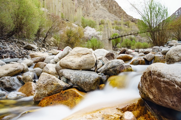 Turtuk-holzbrücke mit wasser, das darunter in turtuk-dorf fließt. leh ladakh, indien