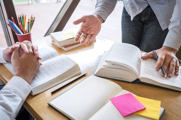 Tutor, lernen, bildung, gruppe des jugendlichen lernend, neue lektion zum wissen in der bibliothek während der hilfe studierend, die freundbildung unterrichtend, bereiten sich für prüfung, jugendcampus-freundschafts-teenagerkonzept vor