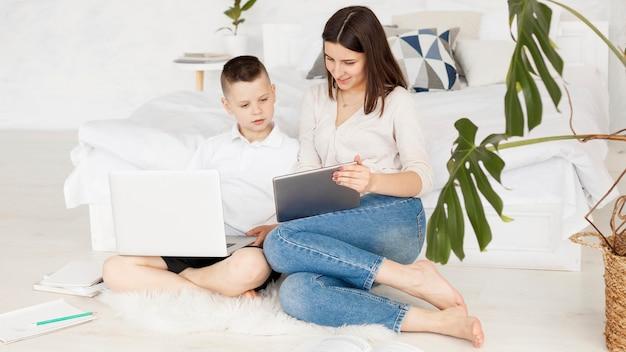 Tutor und schüler lernen mit digitalen geräten lange sicht