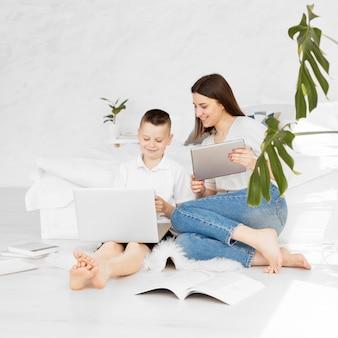 Tutor und schüler lernen mit digitalen geräten