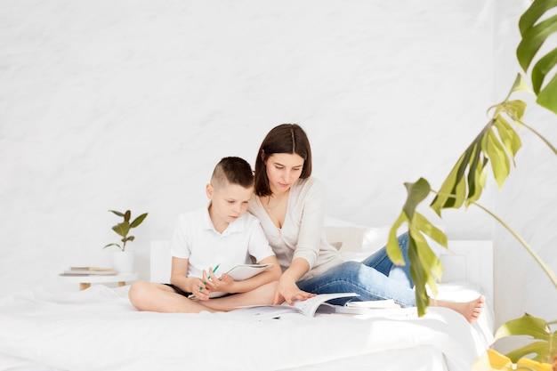Tutor und schüler lernen und bleiben im bett