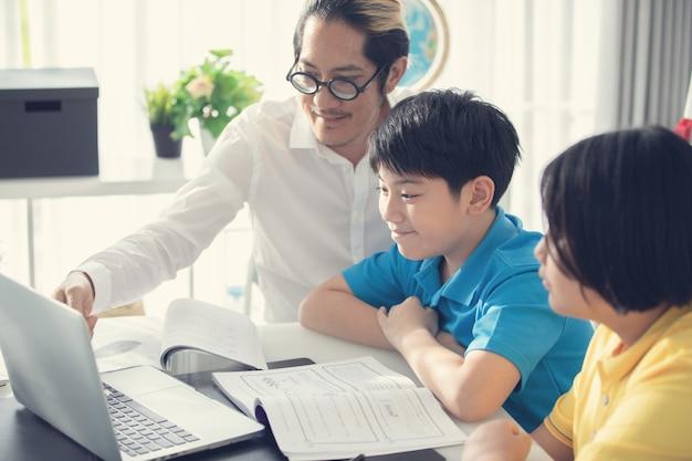 Tutorenkinder in der klasse lernend auf laptop-computer