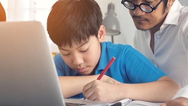 Tutorzimmerkinder in der klasse, die auf laptop-computer lernt