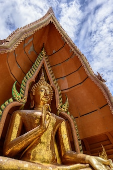 Tuum sua-tempel (tiger cave-tempel), populärster tempel in kanchanaburi, thailand
