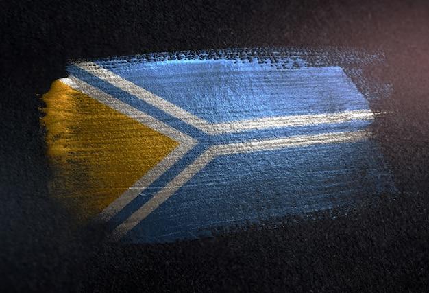 Tuva-flagge gemacht von der metallischen bürsten-farbe auf dunkler wand des schmutzes
