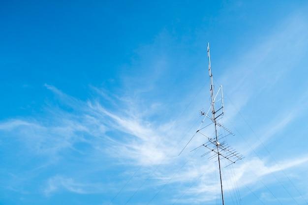 Tv-antenne mit blauem himmel.