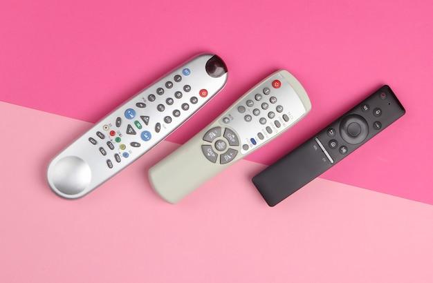 Tv-fernbedienungen auf rosa pastell.