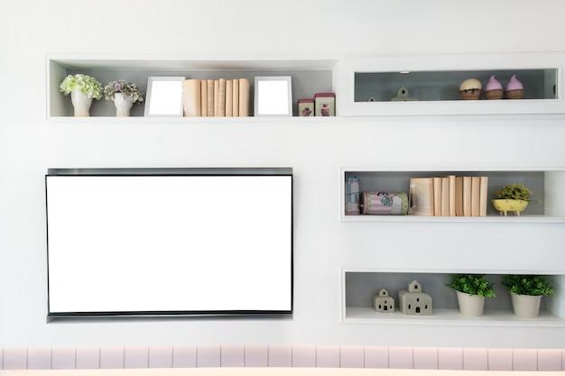 Tv und regal im wohnzimmer zeitgenössischer stil. holzmöbel in weiß mit dekorativem dekor zu hause.