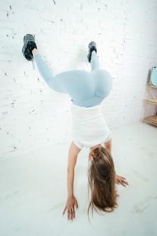 Twerk frau in blauen leggins hosen auf weißem hintergrund