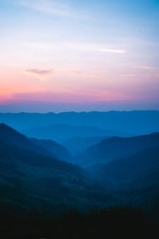 Twilight color mountain das gebirgstal nach dem dämmerungslicht sonnenuntergang blau lila