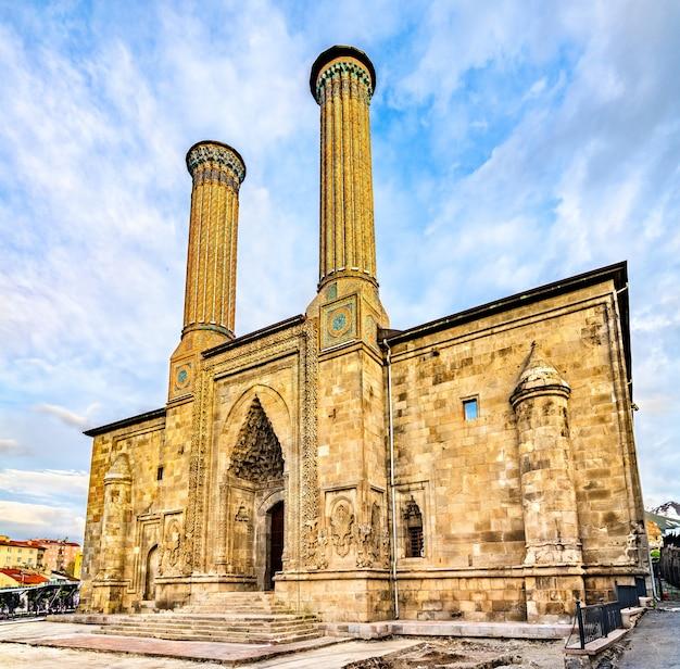 Twin minarett madrasa in erzurum, türkei