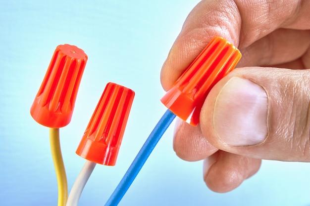 Twist-on-kabelverbinder sind elektrische steckverbinder, mit denen zwei oder mehr elektrische niederspannungsverbinder befestigt werden.