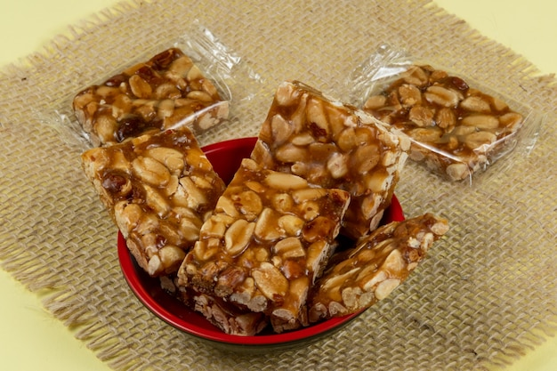Typisch brasilianisches bonbon mit erdnüssen in einer schüssel