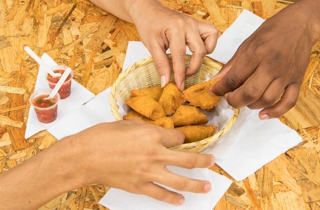 Typisch kolumbianisches essen salpicon saft und empanadas