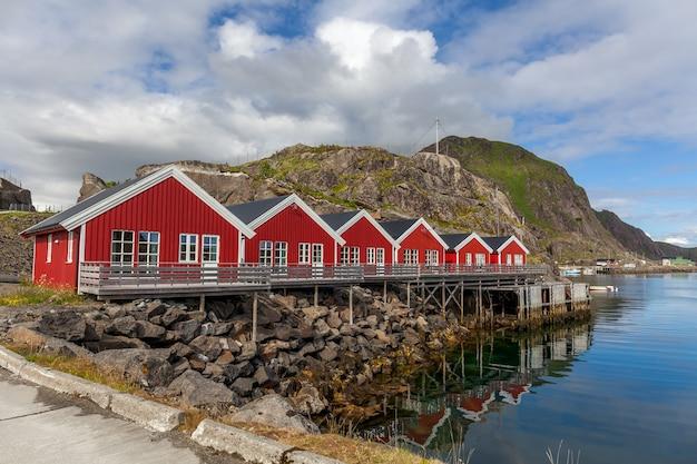 Typisch norwegisches dorf am fjord. reflexion im wasser