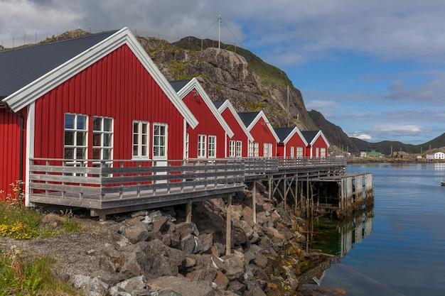 Typisch norwegisches fischerdorf mit traditionellen roten rorbu-hütten
