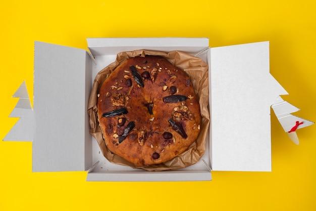 Typisch portugiesischer obstkuchen bolo rainha auf papier
