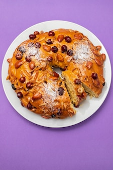 Typisch portugiesischer obstkuchen bolo rainha auf weißem teller