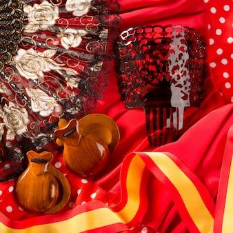 Typisch spanische kastagnettenfächer und flamenco-kamm