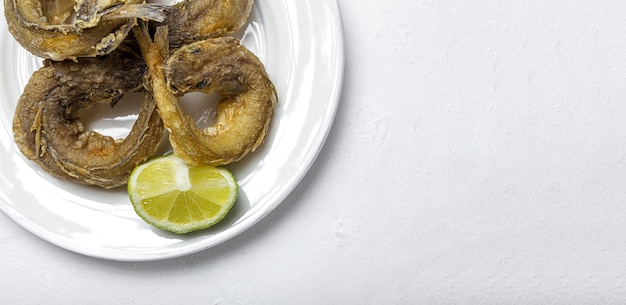 Typisch spanisches braten von gebratenem fisch mit zitrone