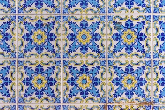 Typisch valencianische fliesen und platten zur dekoration der wände der barracas.