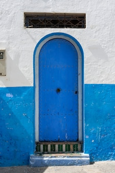 Typische arabische architektur in asilah. straßen, türen, fenster, geschäfte. marokko