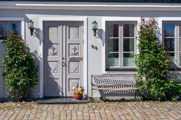 Typische architektonische straßenszene aus der schwedischen kleinstadt ystad in südschweden.