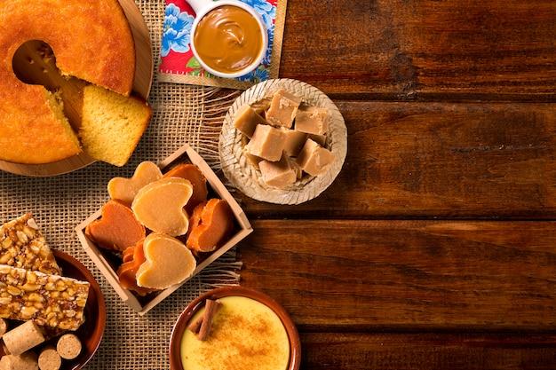 Typische brasilianische junina-party-süßigkeiten - draufsicht mit kopierraum.