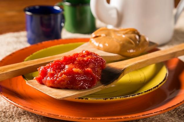 Typische brasilianische spezialität: guavenpaste mit weißkäse, lokal bekannt als