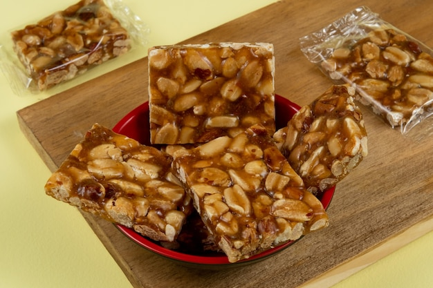 Typische brasilianische süßigkeit, die während der partysaison im juni mit erdnüssen konsumiert wird